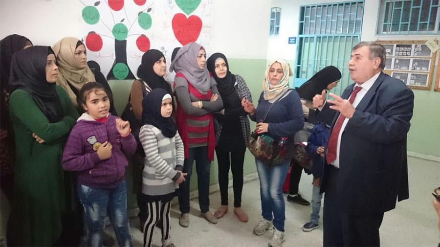 أهالي مخيم البداوي يعتصمون في مدرسة كوكب